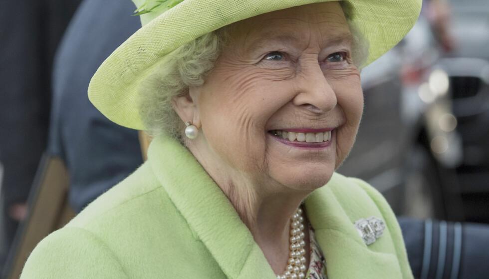 MÅ TRÅ FORSIKTIG: Dronning Elizabeth II (90) er en sprek dame, og går ofte turer rundt på Buckingham Palace. En kveld gikk det derimot nesten galt for monarken, Foto: NTB scanpix