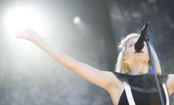 <strong>VISTE ARMHULENE:</strong> Aurora Aksnes på scenen under Øyafestivalen i Tøyenparken i 2016. Foto: Torstein Bøe / NTB scanpix