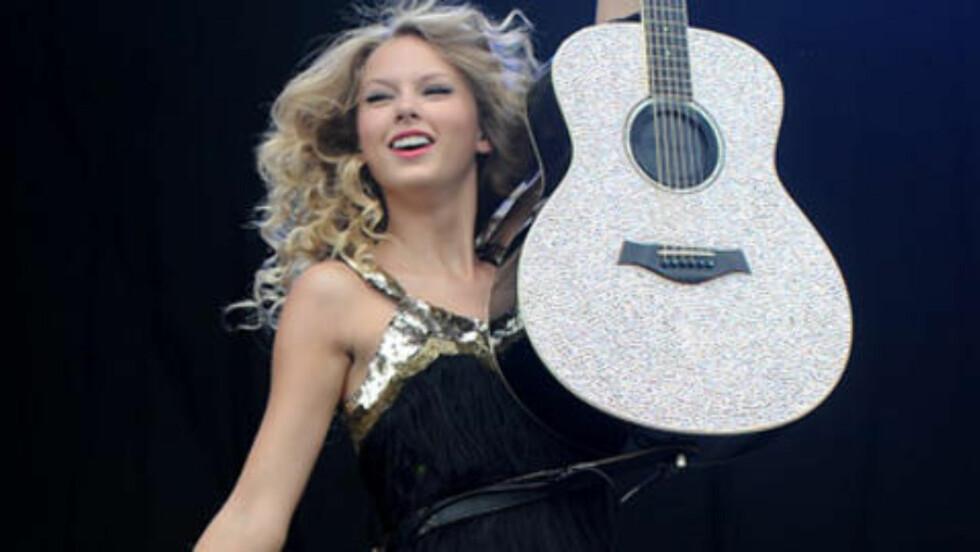 <strong>GJØR SOM TAYLOR SWIFT:</strong> Hanne Sørvaag har lagt sin elsk på gitaren countryartisten Taylor Swift har gjort kjent. Daisy Rock-gitaren som Sørvaag har kjøpt i USA har hun med på scenen i kveld.