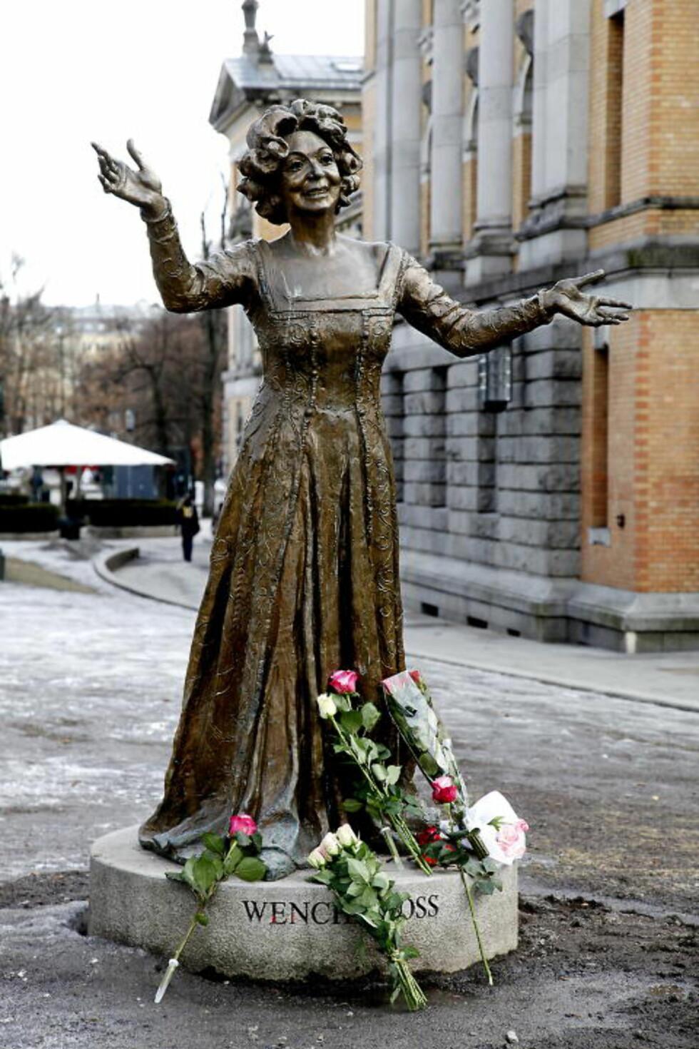 <strong>HAR STATUE:</strong>  Wenche Foss har allerede sin egen statue utenfor Nationaltheatret. Kort tid etter at hennes død ble kjent. Foto: Jacques Hvistendahl