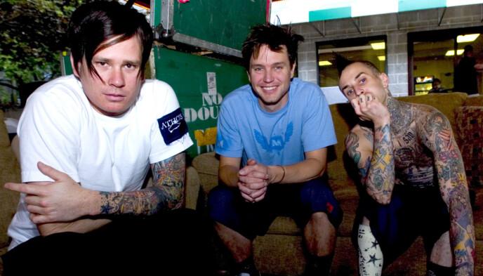 STOR SUKSESS: Tom DeLonge (til venstre), Mark Hoppus og Travis Barker har hatt stor suksess med bandet Blink 182. Dette bilde ble tatt før en konsert i 2004. Foto: Robert E. Klein / AP / NTB