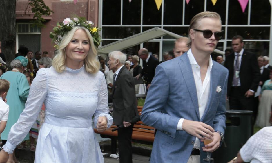 SNAKKER OM SØNNEN: Kronprinsesse Mette-Marit kunne tirsdag kveld fortelle på Dagsrevyen at sønnen selv må få velge om han vil være offentlig eller ikke. Foto: Lise Åserud / NTB scanpix