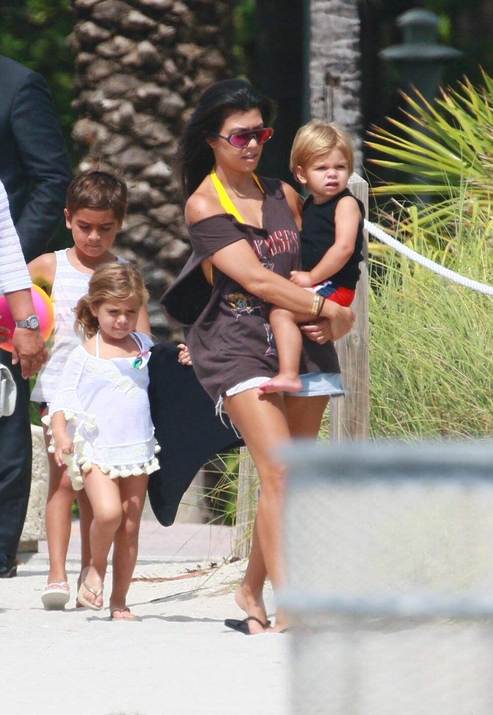 ALENE MED BARNA: Kourtney Kardashian tar seg nå av sine barn Mason, Penelope og Reign alene, men Scott er stadig innom for å hjelpe henne, og de reiser på turer sammen.  Foto: Splash News