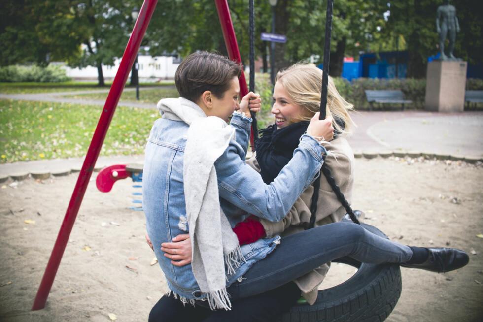 FORELSKET: «Skam»-aktuelle Ruby Dagnall (t.v.) spiller mot Thea Sofie Loch Næss i den nye musikkvideoen til Matilda, «Apologize».  Foto: Magnus Kloster Borka-Jensen