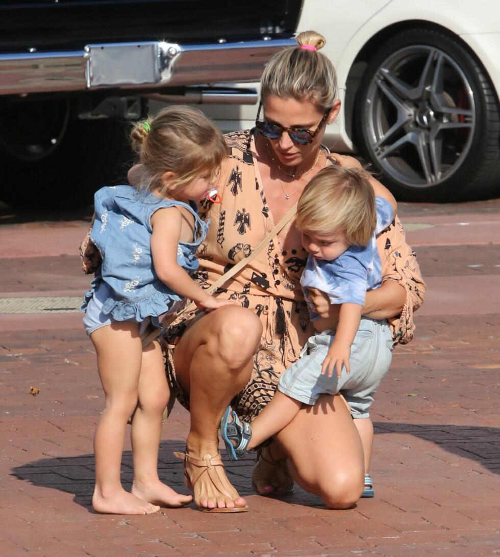 <strong>HENDENE FULLE:</strong> Elsa Pataky med datteren India og en av tvillingsønnene på armen i en park i Malibu i Los Angeles. Foto: Splash News