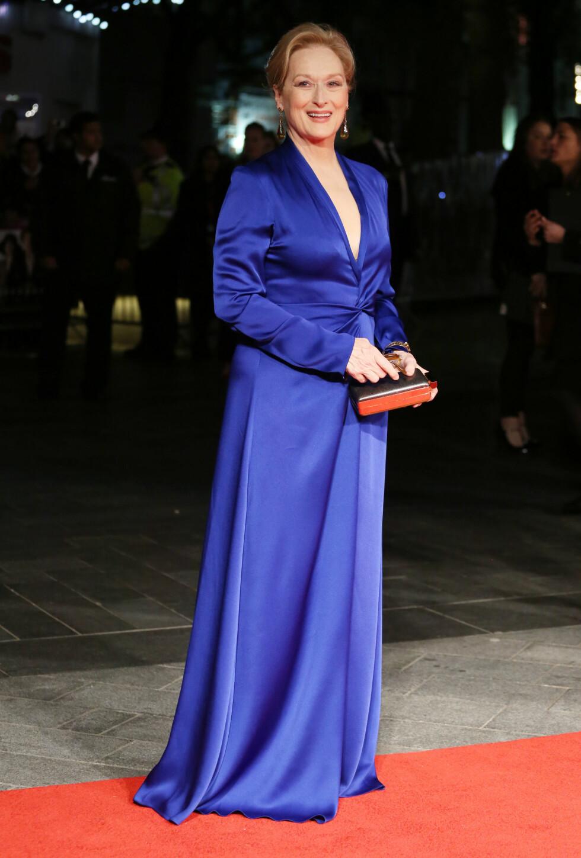 KONGEBLÅTT: Meryl Streep i en utringet Lanvin-kjole med drapering foran, stylet med store, dråpeformede øredobber og en boksclutch i gull, også den fra Lanvin, på «Suffragette»-premieren under BFI London Film Festival. Foto: Splash News