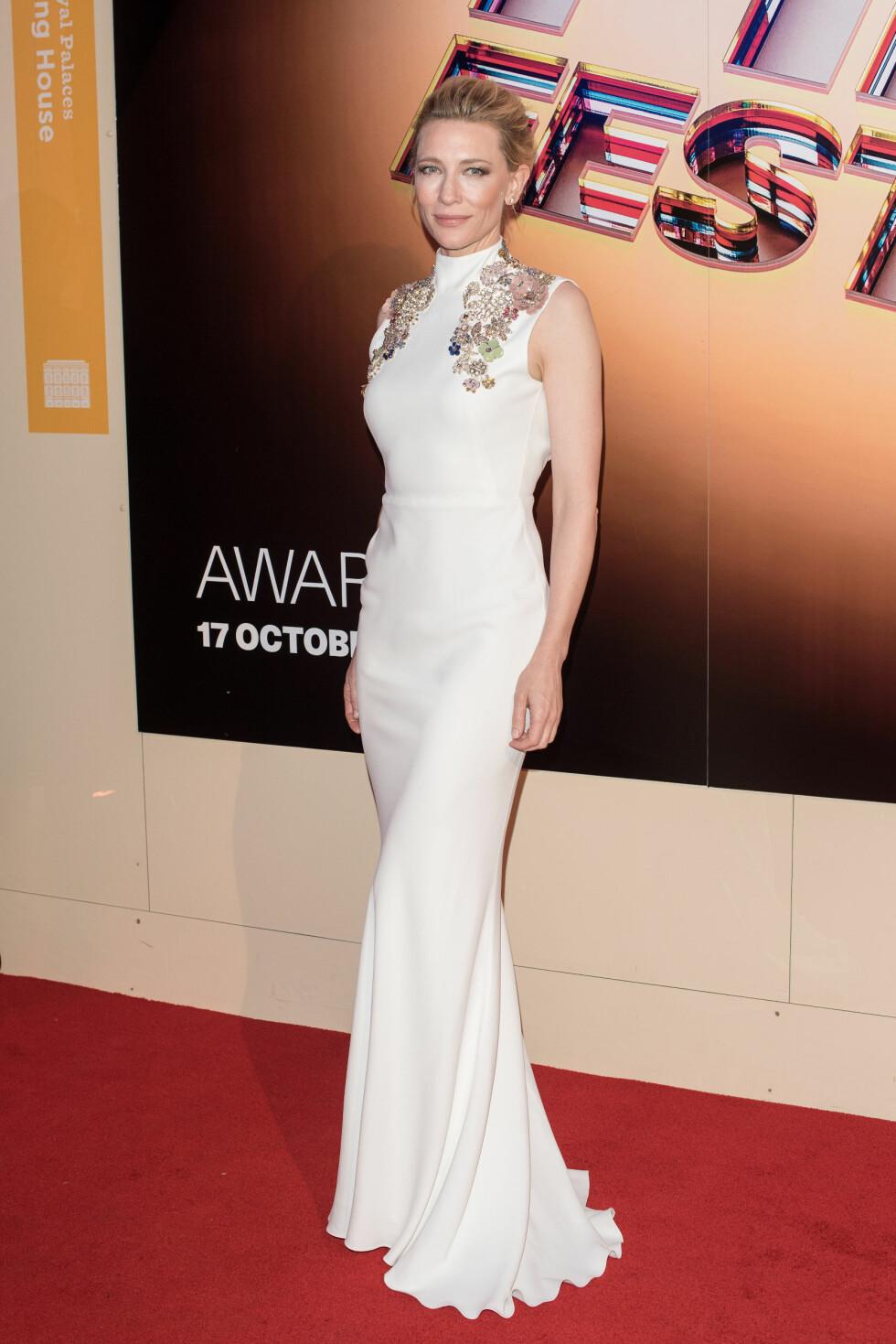 ALVEAKTIG: Cate Blanchett minnet om en moderne utgave av alvedronningen Galadriel i denne hvite, broderte Alexander McQeen-kjolen på BFI London Film Festival Awards 2015 lørdag 17. oktober. Foto: wenn.com