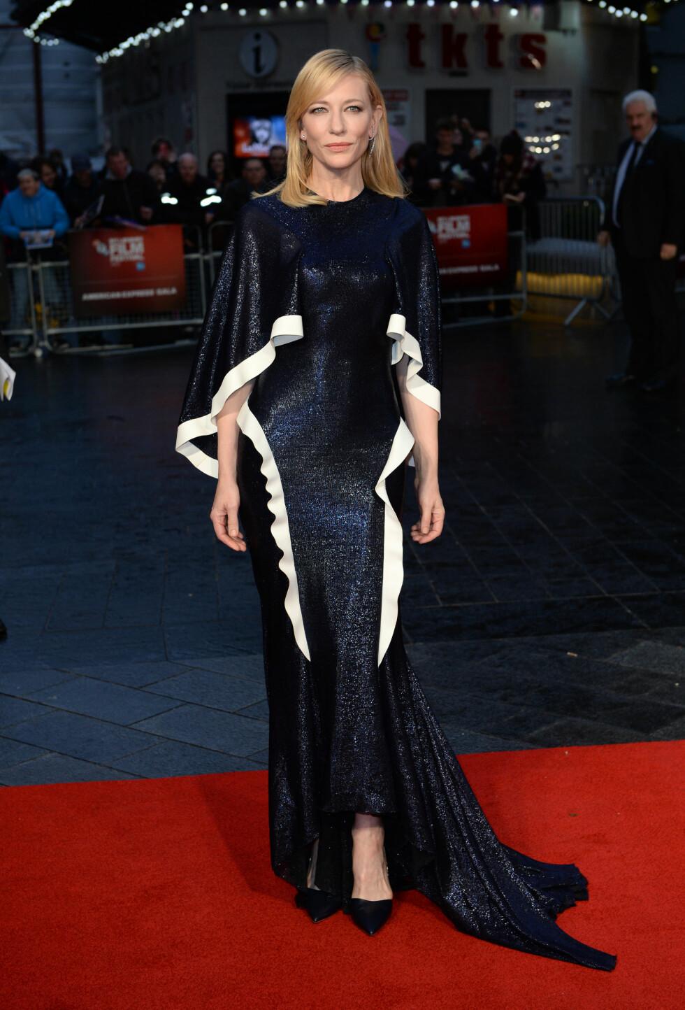 DRAMATISK: Cate Blanchett i en sort og hvit kjole fra Esteban Cortazars kommende vårkolleksjon på «Carol»-premieren. Foto: Pa Photos