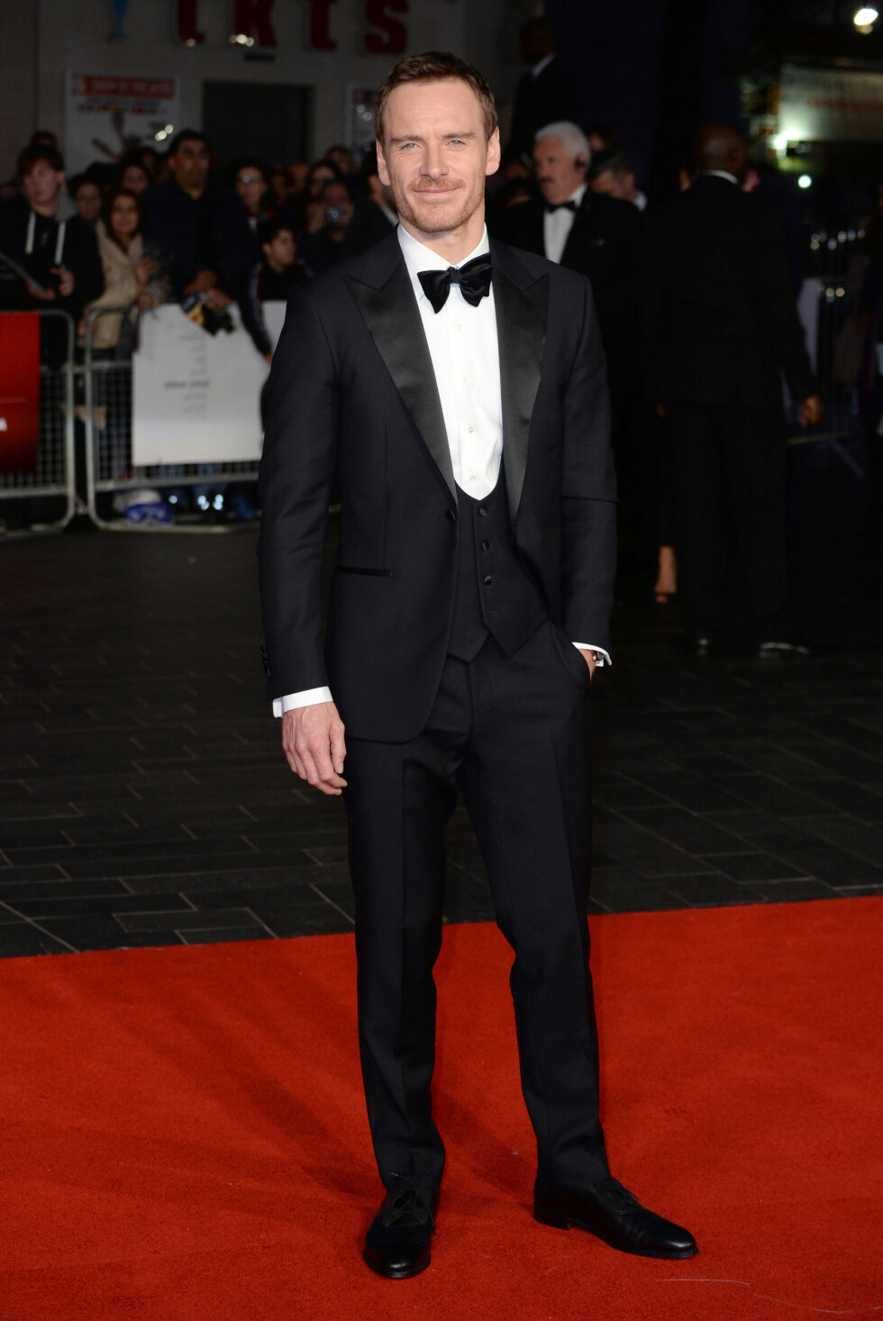 KLASSISK: Hovedrolleinnehaver Michael Fassbender i sort smoking og vest fra Thom Sweeney på «Steve Jobs»-premieren og avslutningsgallaen under BFI London Film Festival søndag 18. oktober.  Foto: Pa Photos