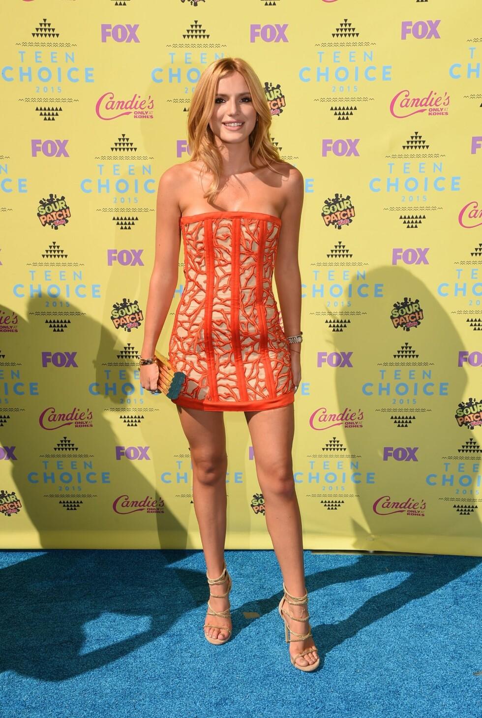 MATCHET: Rødtoppen Bella Thorne hadde på seg en kjole, forøvrig fra kjendisfavoritten Balmain, som komplimenterte hennes flotte hårfarge. Foto: Afp