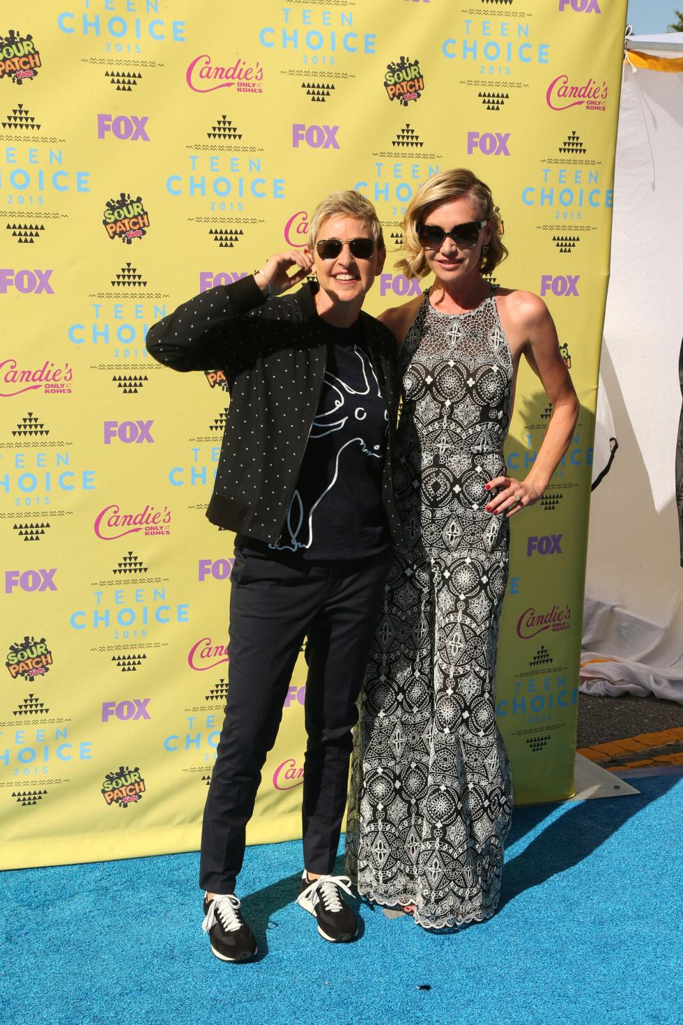 MØNSTER: Ekteparet Ellen DeGeneres og Portia de Rossi kom begge i mønstrede antrekk. Ellen gikk for klær fra sitt eget merke, ED, mens Portia stilte i buksedress fra designer Naeem Khan. Foto: wenn.com