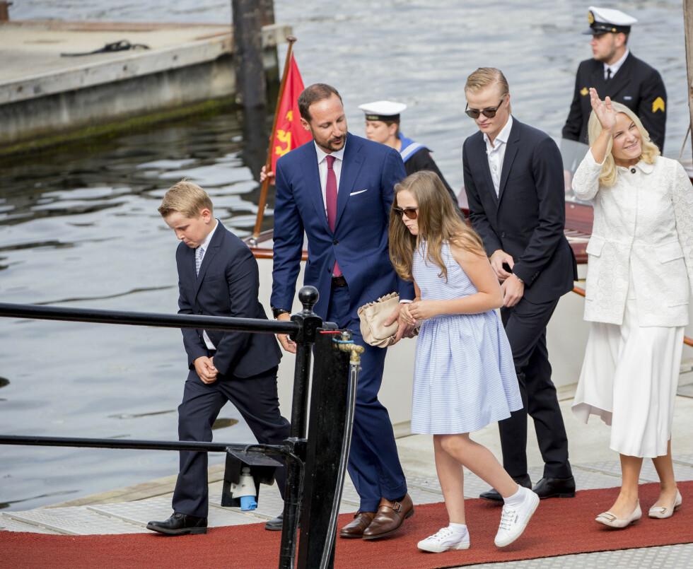 HADDE MED ALLE BARNA: Kronprinsparet og de tre barna bordet kongeskipet Norge etter besøket i Ravnkloa for å skifte til gudstjenesten i Nidarosdomen. Foto: Danapress