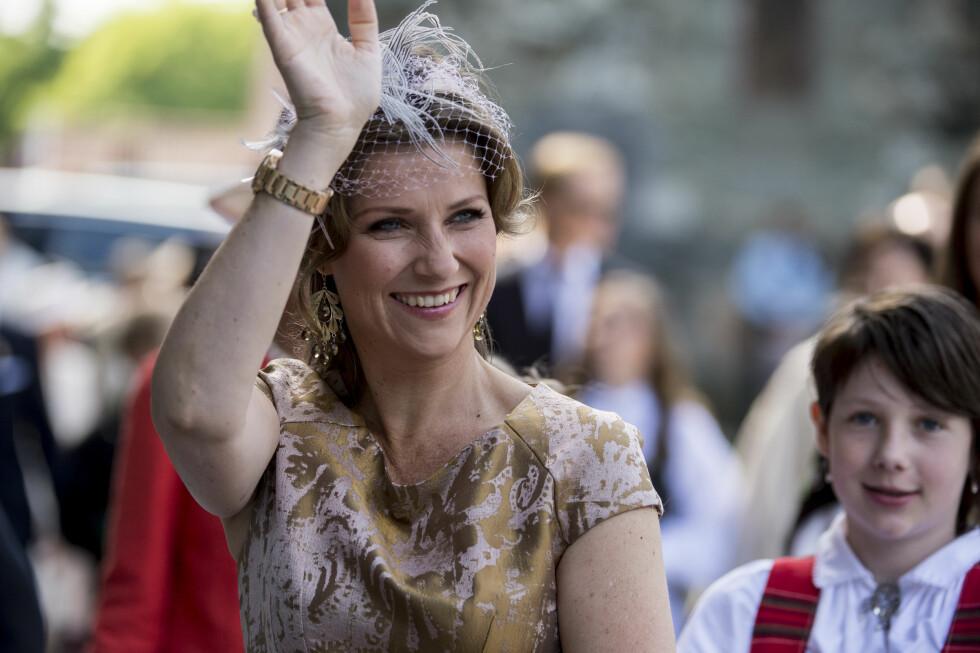 HILSTE FOLKET: Prinsesse Märtha Louise strålte i sitt festantrekk på vei inn i Nidarosdomen i 12-tiden torsdag formiddag. Hakk i hæl fulgte datteren Maud Angelica.  Foto: NTB scanpix