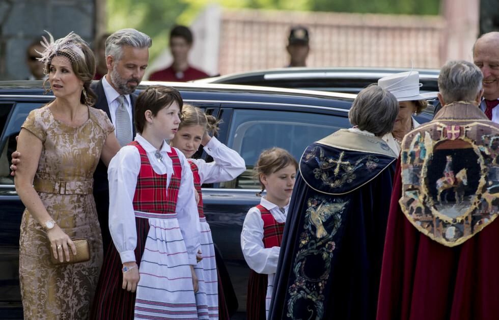 FIN FAMILIE: Prinsesse Märtha Louise og Ari Behn hadde med seg alle sine tre døtre, (f.v) Maud Angelica, Leah Isadora og Emma Tallulah til Nidarosdomen.  Foto: NTB scanpix