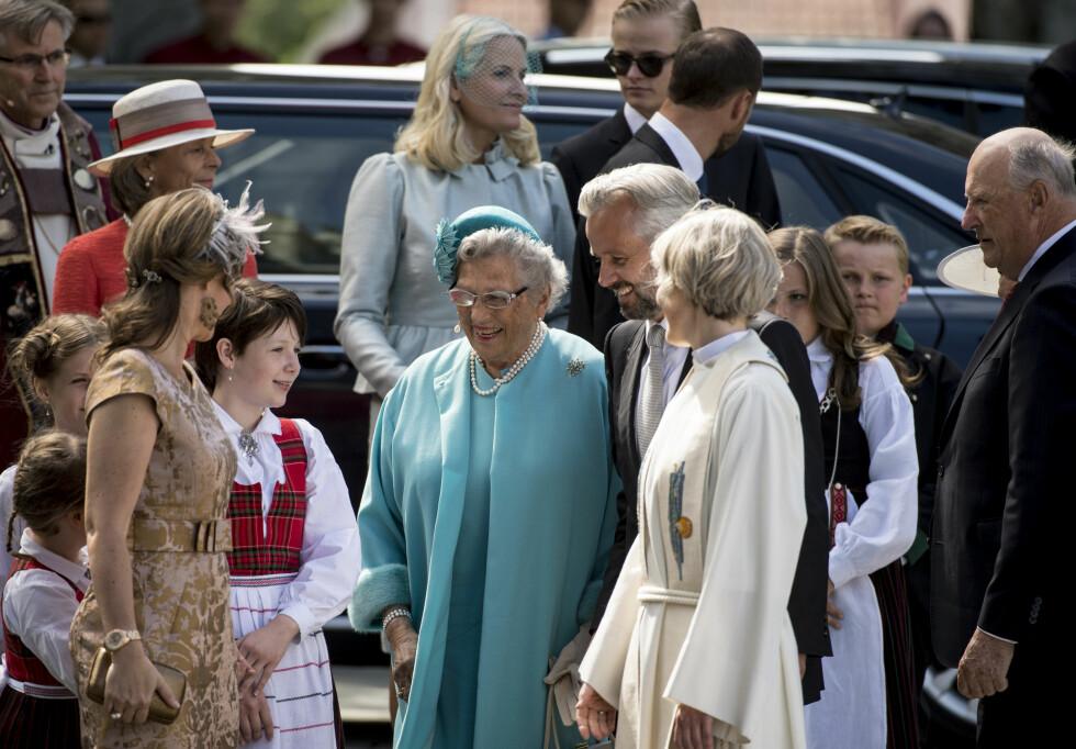 I GODT HUMØR: Prinsesse Astrid, Fru Ferner ankom Nidarosdomen og jubileumsgudstjenesten flankert av hele sin kongelige familie. Foto: NTB scanpix
