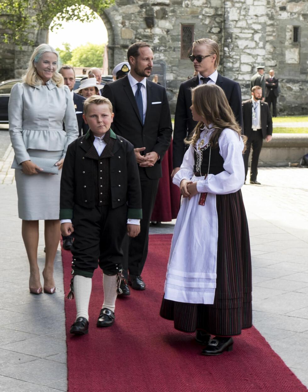 SKAR GRIMASER: Prins Sverre Magnus prøvde tilsynelatende å underholde seg selv på vei inn til jubileumsgudstjenesten.  Foto: NTB scanpix