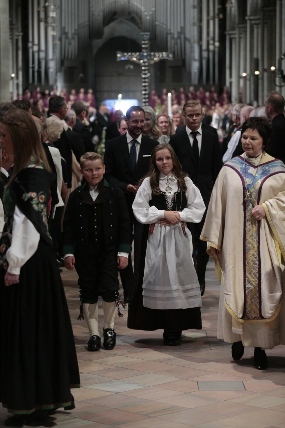 VELOPPDRAGNE: Både prins Sverre Magnus og prinsesse Ingrid Alexandra ankom Nidarosdomen i bunad, med kronprinsparet og Marius Borg Høiby like bak.   Foto: NTB scanpix