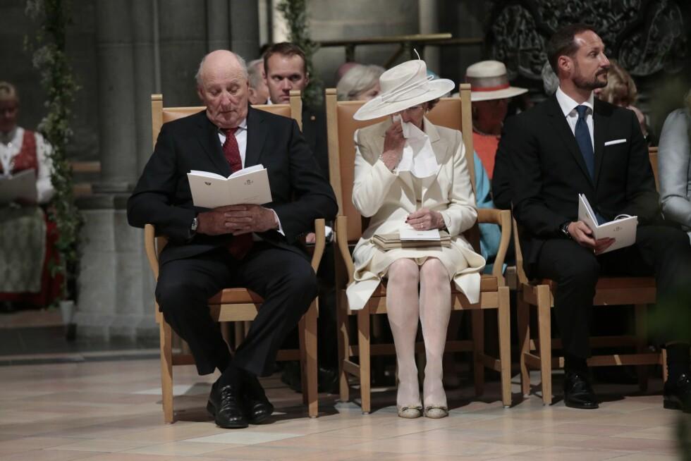 RØRT: Dronning Sonja måtte frem med lommetørkleet under gudstjenesten som markerer hennes og kong Haralds 25 første år på tronen. Foto: NTB scanpix