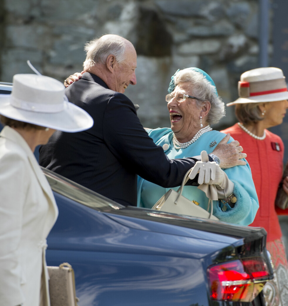 GLEDELIG MØTE: Kong Harald hilste hjertelig på sin søster prinsesse Astrid, Fru Ferner utenfor Nidarosdomen.  Foto: NTB scanpix