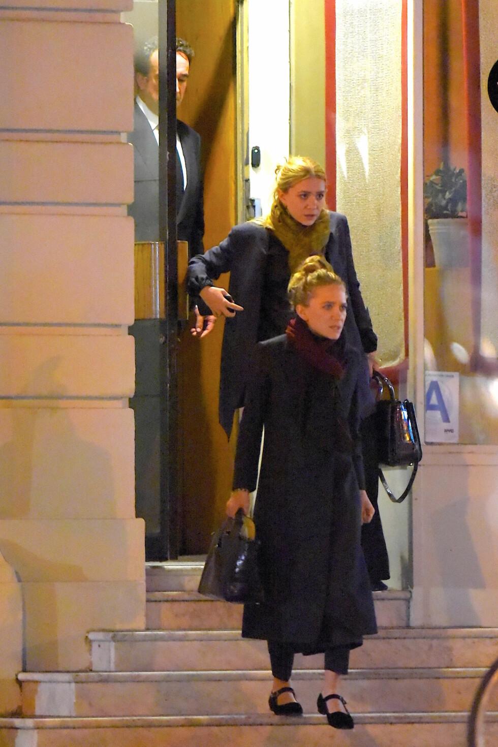 GODT GREP OM VERDIENE: Mary-Kate og Ashley Olsen forlater restauranten NoBu Next Door i Tribeca i New York sammen med Olivier Sarkozy - og de svindyre håndveskene sine.  Foto: Splash News