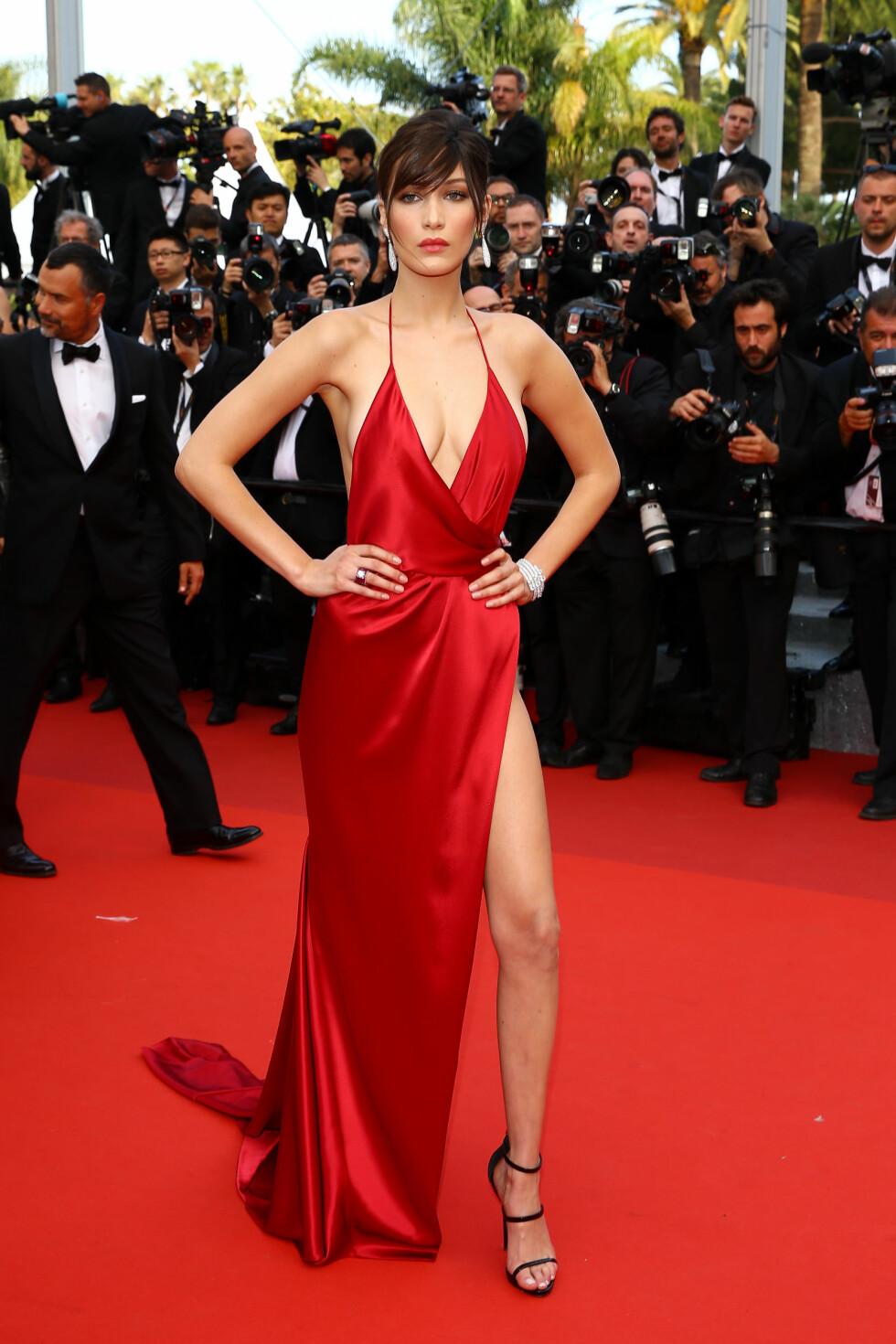 BRENNHEIT: Den unge toppmodellen Bella Hadid fikk alle til å sperre opp øynene i denne dristige silkekjolen fra Alexandre Vauthier på den røde løperen i Cannes.  Foto: Abaca