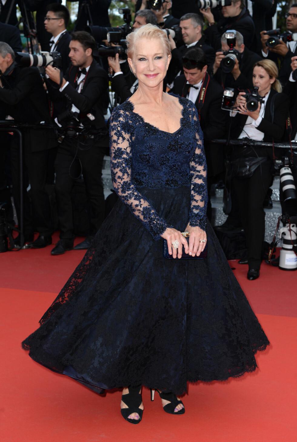 TRENDY: Evigunge Helen Mirren strålte i en midnattsblå, glitrende blondekjole med trendy «wet look»-frisyre og markert øyensminke.  Foto: Pa Photos