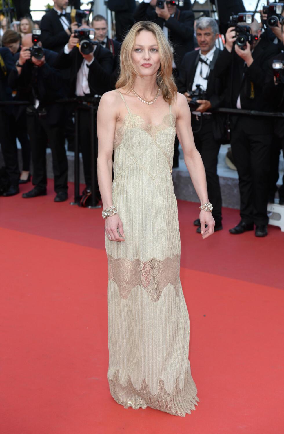 YNDIG: Den franske skuespilleren og artisten Vanessa Paardis glitret i en gullfarget kjole med blondedetaljer.  Foto: Pa Photos