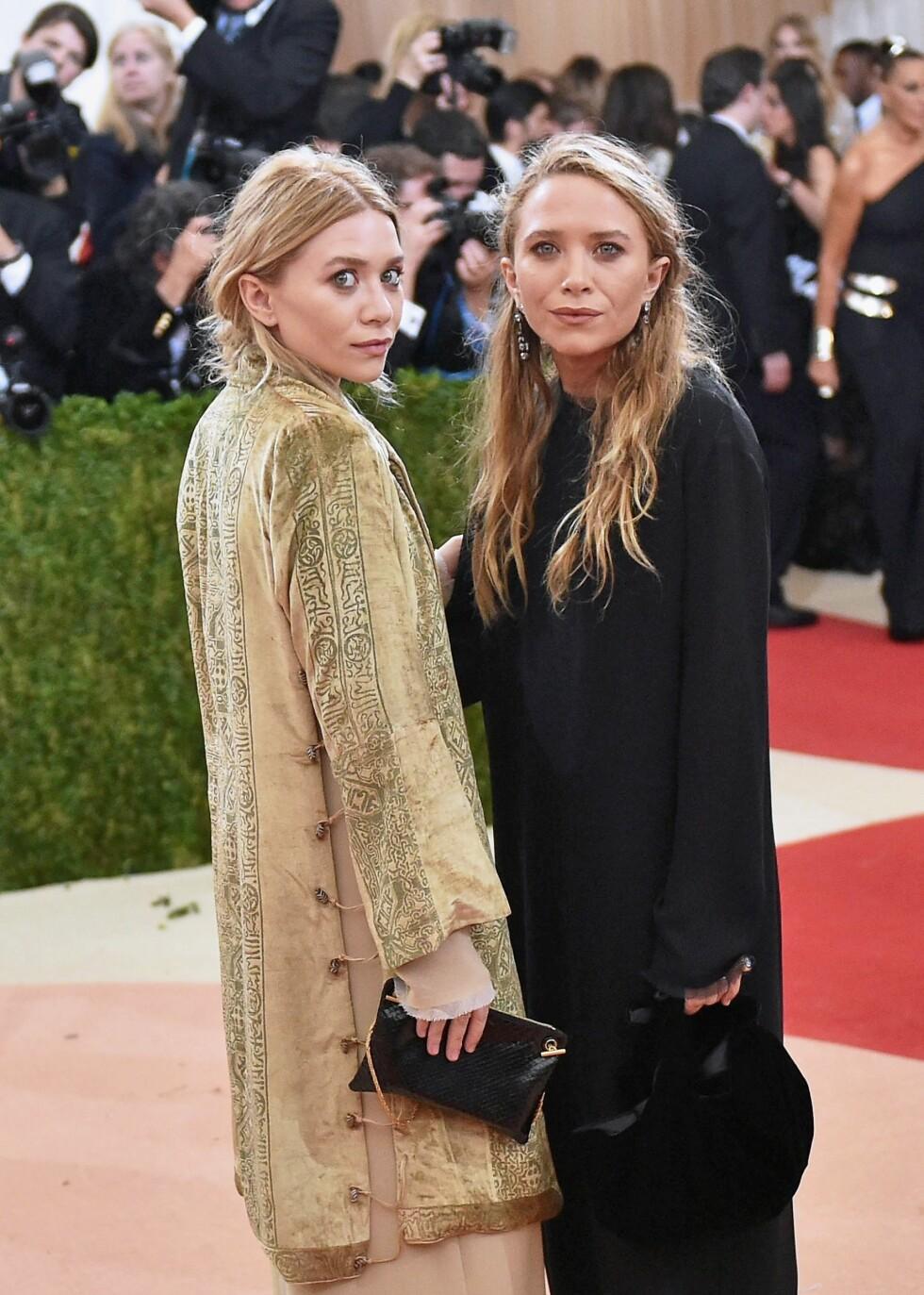 MEKTIG MOTEDUO: Mary-Kate (t.v) og Ashley Olsen er selvskrevne gjester på mange celebre motefester. Her poserer de sammen på Met-gallaen i New York i starten av mai.  Foto: Afp
