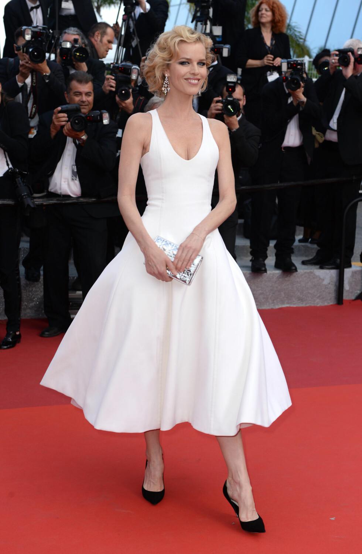 MODERNE MARILYN: Modellikon Eva Herzigova tokk seg flott ut i denne tidløse, hvite kjolen stylet med sorte pump og en tøff sølvveske. Foto: Pa Photos