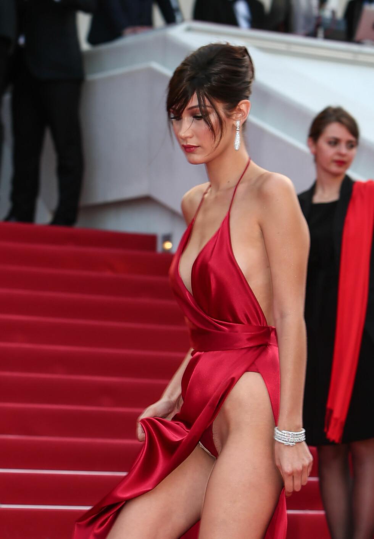 HUFF DA: Bella Hadids silkekjole fra Alexandre Vauthier var knallsexy, men kjolens skjæring skapte uønskede problemer på den røde løperen.  Foto: wenn.com