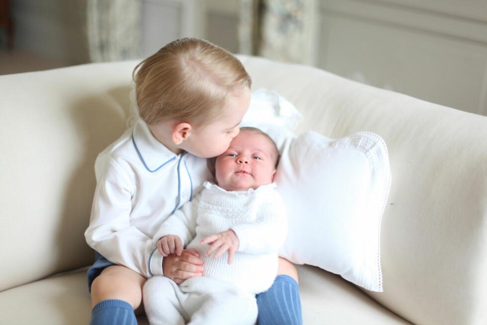 KONGELIG FOTOGRAF: Hertuginne Kate har stått bak kamera på flere av de offisielle bildene av prins George og prinsesse Charlotte - som dette bildet tatt på Amner Hall i midten av mai 2015, da prinsessen var et par uker gammel.  Foto: Kensington Palace/ Ap