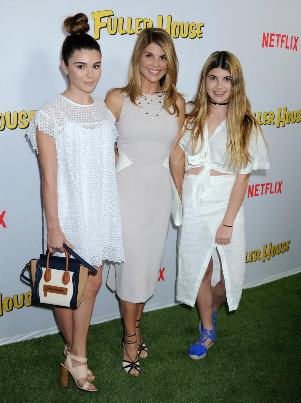 FIN FAMILIE: På «Fuller House»-premieren i Los Angeles hadde Lori Loughlin med seg døtrene Olivia Jade og Isabella Rose. Foto: Broadimage