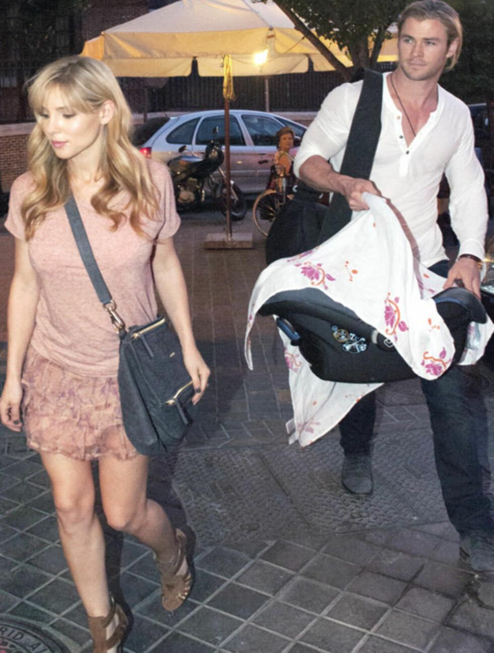PENT PAR: Skuespillerparet Elsa Pataky og Chris Hemsworth ute på tur med datteren.  Foto: Stella Pictures