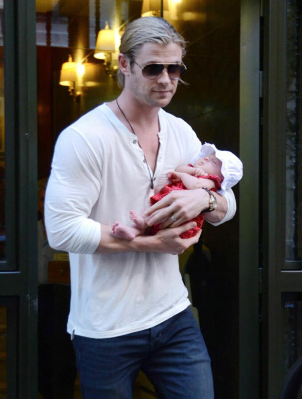 SLAPPER AV: Lille India Rose virker svært komfortabel i pappa Chris' sterke armer.  Foto: All Over Press