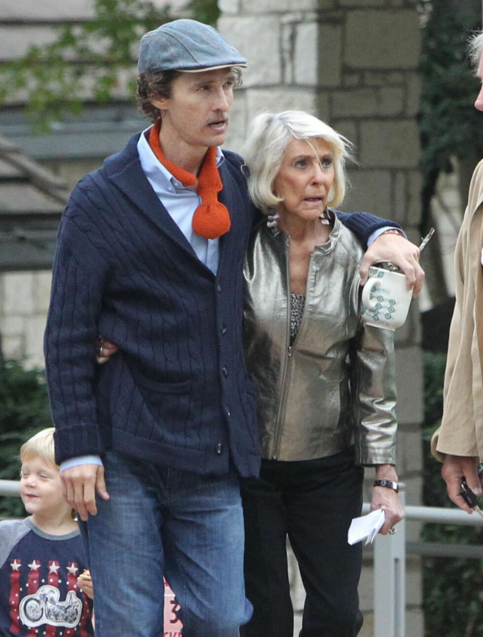 IKKE TIL Å KJENNE IGJEN: En betraktelig tynnere Matthew McConaughey støttet seg på moren Kay da hun besøkte sin radmagre sønn på settet tidligere denne uka. Foto: Stella Pictures