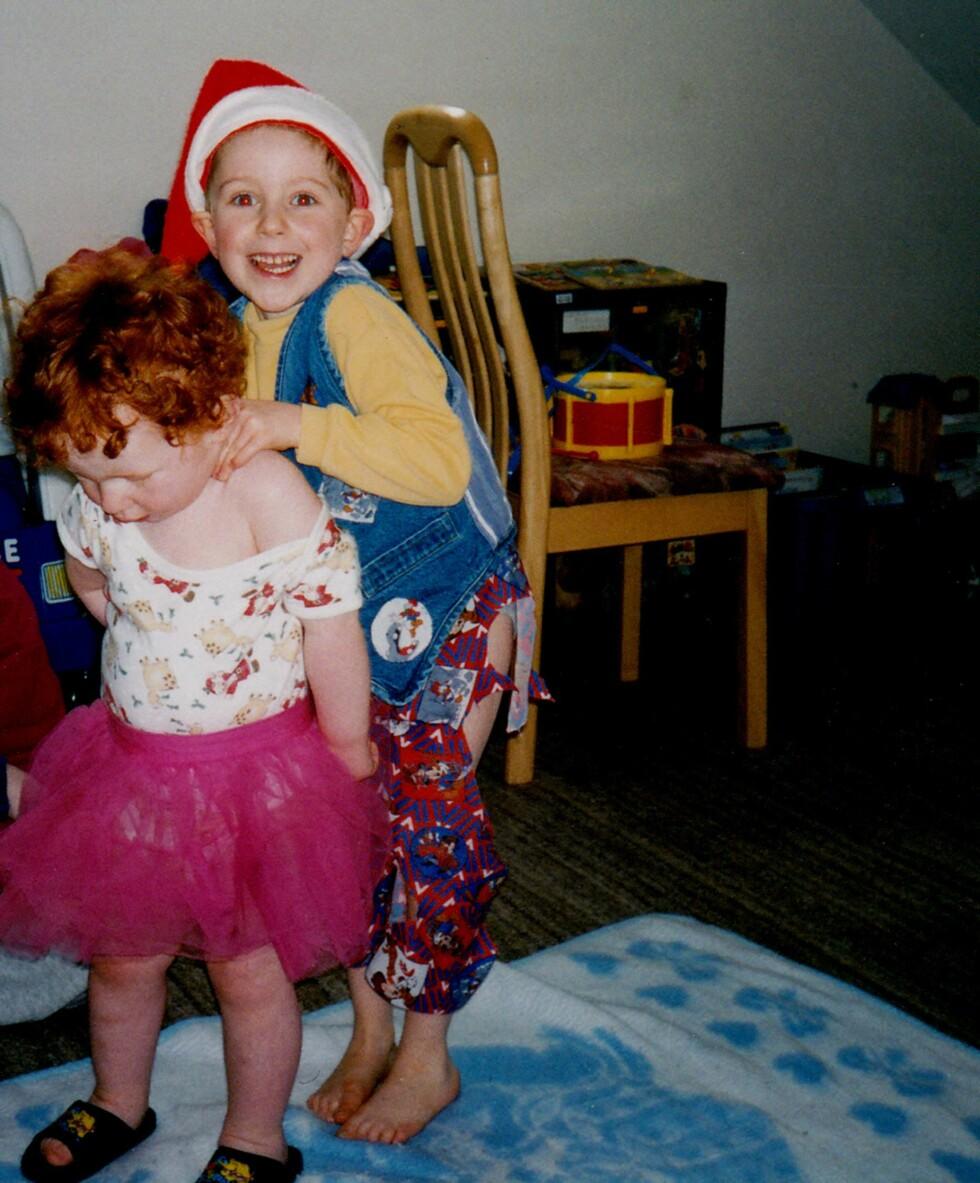 KLEDDE SEG SOM JENTER: Begge gutta elsket å kle seg i morens klær i oppveksten og trivdes bedre i skjørt enn i bukser. Foto: Bulls