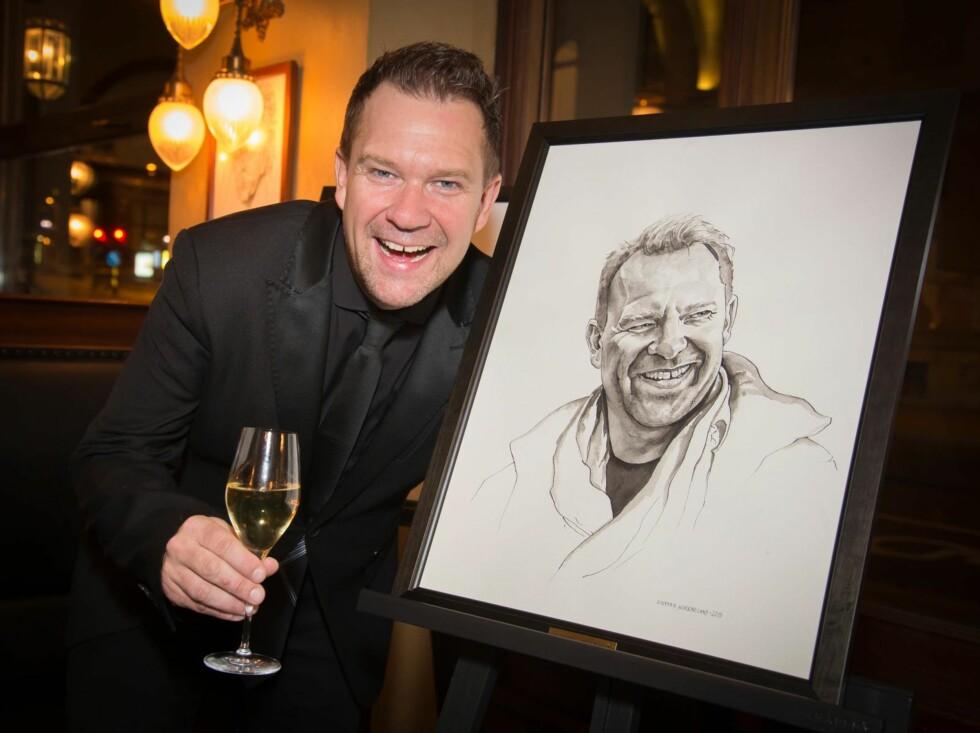 FORNØYD: Skuespiller Bjarte Hjelmeland med sitt portrett, tegnet av Steffen Kverneland. Foto: Tore Skaar