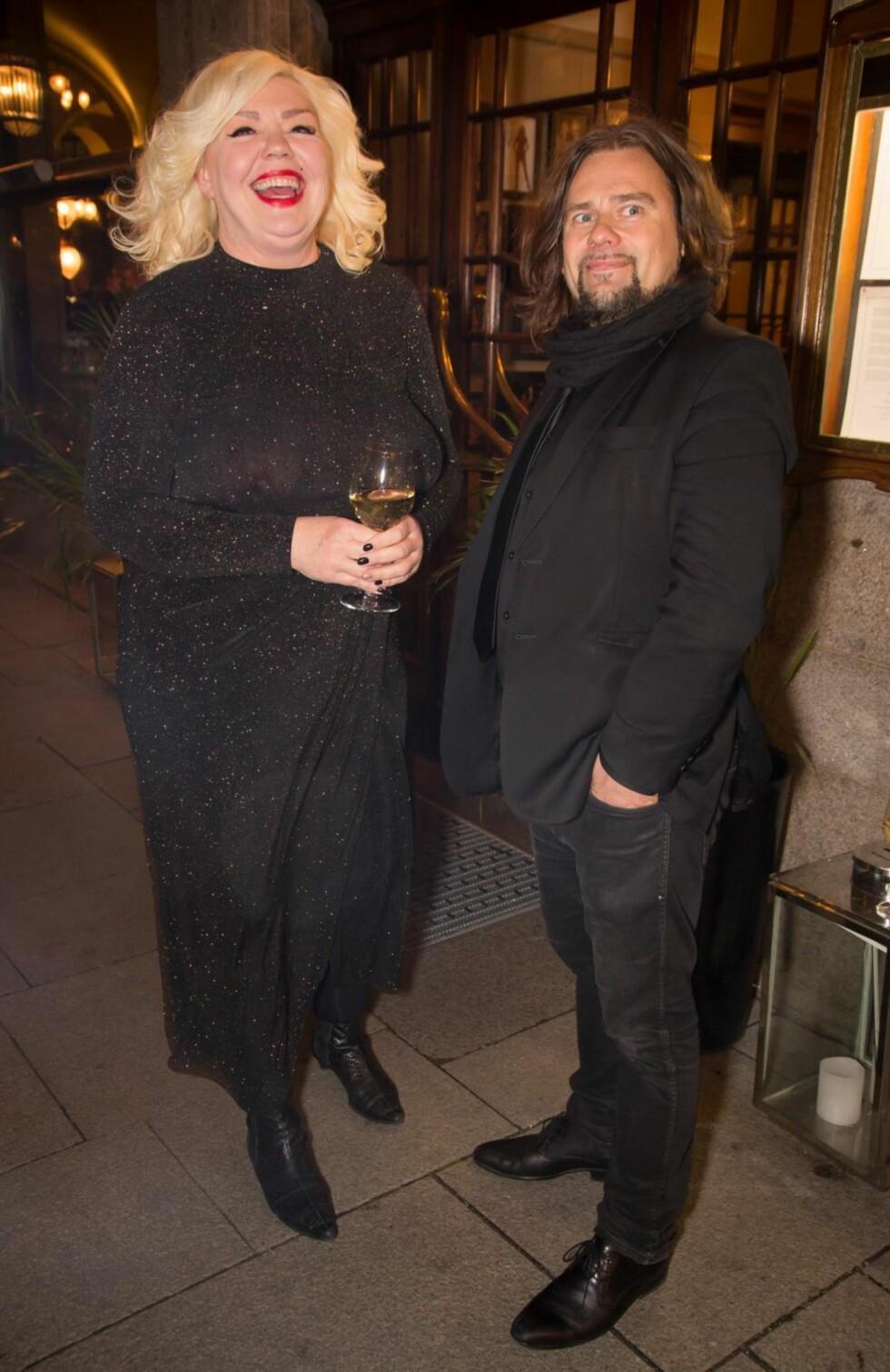 KUNSTNERVENNER: Unni Askeland og Per Heimly var på plass da portrettet til kameraten Ari Behn ble avduket.  Foto: Tore Skaar