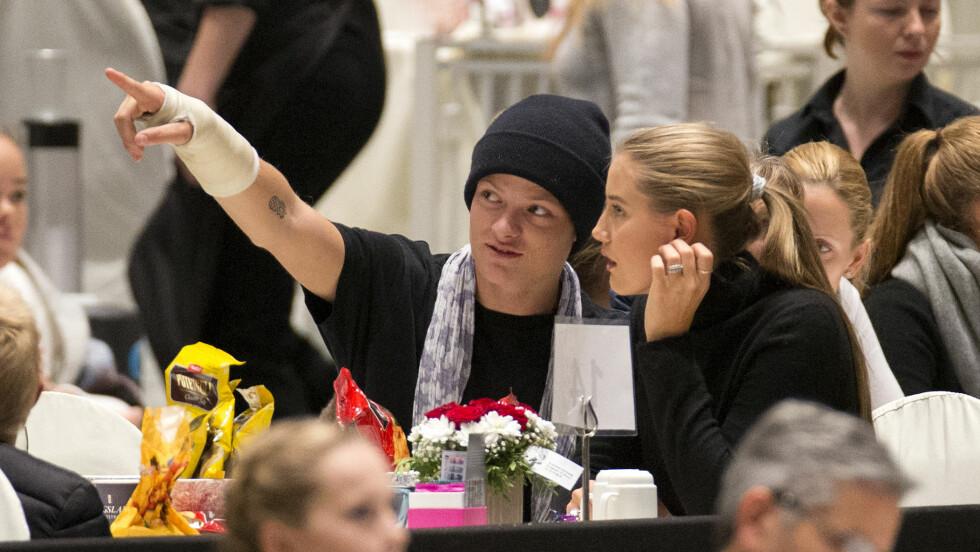 GIPS: Marius med gipset høyrehånd. Her med kjæresten Linn Helena Nilsen. Foto: Andreas Fadum