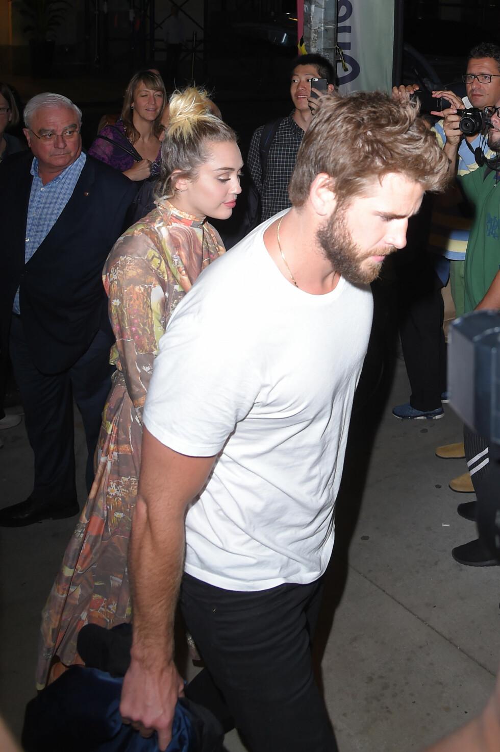 MED KJÆRESTEN: Miley Cyrus og Liam Hemsworth hånd i hånd i New York.  Foto: Buzzfoto.com