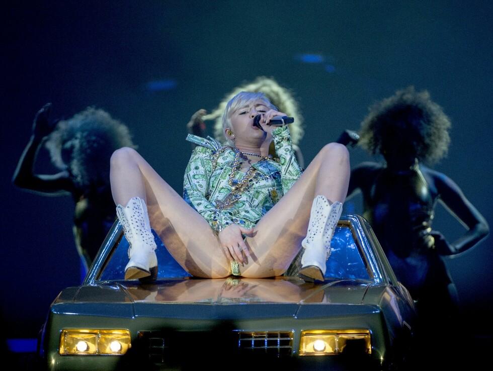 PÅ SCENEN: Miley Cyrus med dristig sceneopptreden i Globen i Stockholm i 2014.  Foto: Maja Suslin / TT NYHETSBYRÅN