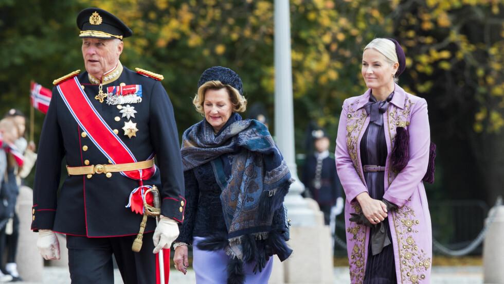 Kronprinsesse Mette-Marit på Slottsplassen mandag denne uka. Nå skal hun overta Haralds representasjonsoppgave fredag. Foto: NTB scanpix