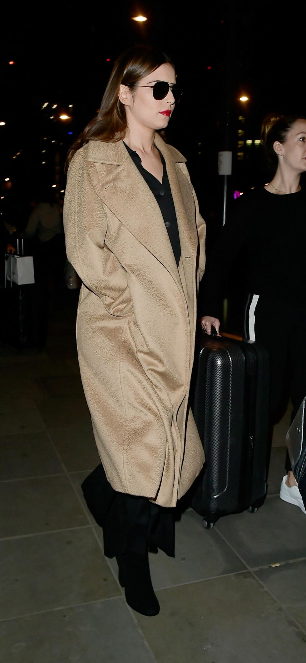 DEKKET TIL MAGEN: Cheryl Cole viste seg i London denne uken med en lang frakk som skjulte magen. Foto: Splash News