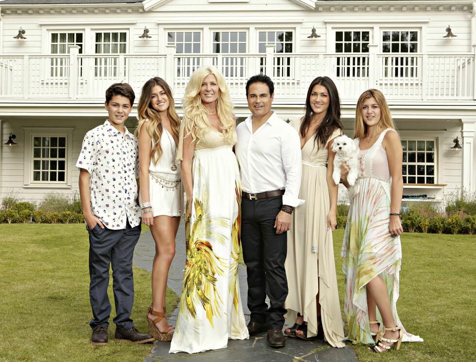 POPULÆR: Maria Montazami sammen med ektemannen og deres fire barn. Foto: TV3