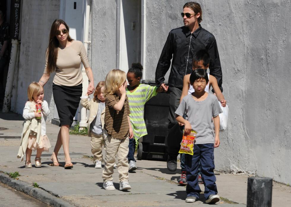 <strong>UNDER OPPSYN:</strong> Ifølge amerikanske medier innebærer avtalen med barnevernet at Brad Pitt må være under tilsyn når han møter barna for første gang etter dramaet på privatflyet. Her er han, Angelina Jolie og barna fotografert i New Orleans i 2011.  Foto: Polaris/ NTB Scanpix