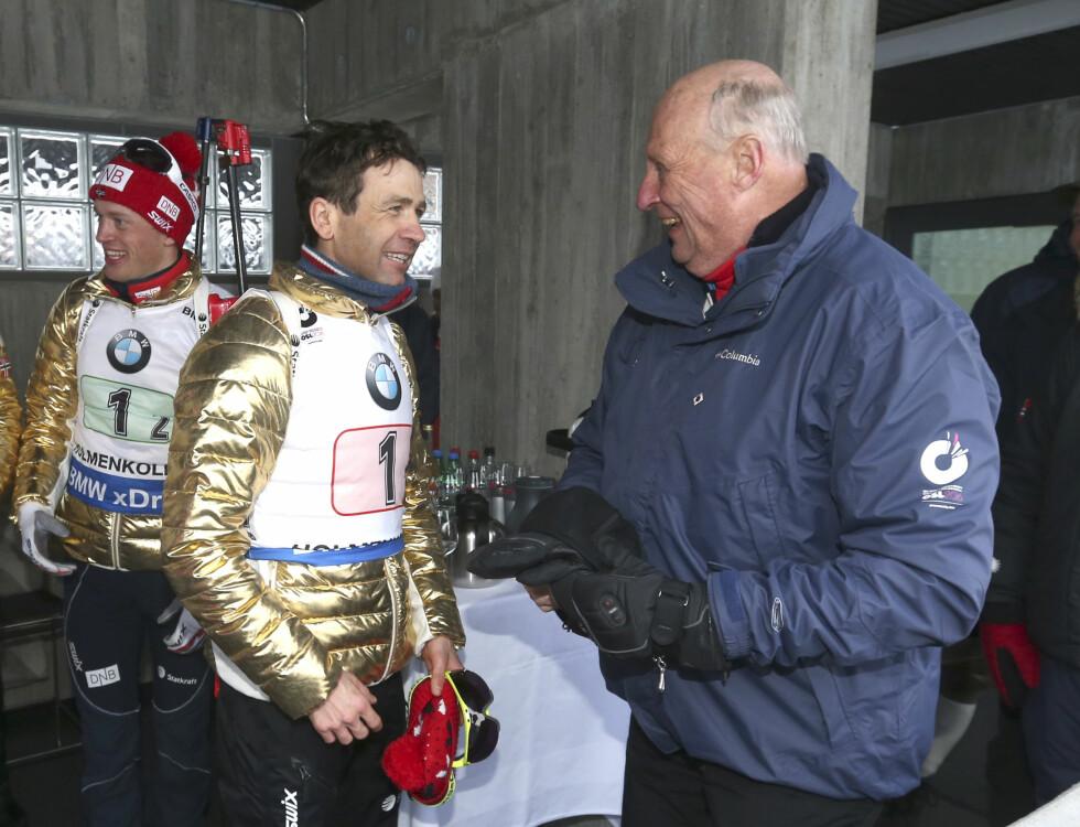 SKISTJERNE: Ole Einar Bjørndalen er tidenes mestvinnende utøver i skiskyting, og den ferske pappaen satser etter planen også mot OL i 2018. Her hilser han på kong Harald etter seier på 4 x 7,5 km stafett for menn i Holmenkollen i mars.  Foto: NTB scanpix