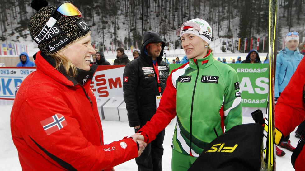 OGSÅ MAMMA: I fjor ble tidligere skiskytter Tora Berger (t.v) mor for første gang. Her hilser hun på Darja Domratsjeva under VM i skiskyting i Ruhpolding, Tyskland i 2012.  Foto: NTB scanpix