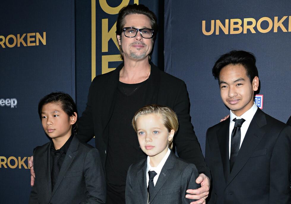 SEKSBARNSFAR: Pitt og Jolie har barna Maddox (14), Pax (12), Zahara (10), Shiloh (9) og tvillingene Knox og Vivienne (7) sammen. Her er skuespilleren sammen med Maddox, Pax og Shiloh på en filmpremiere for to år siden. Foto: Afp