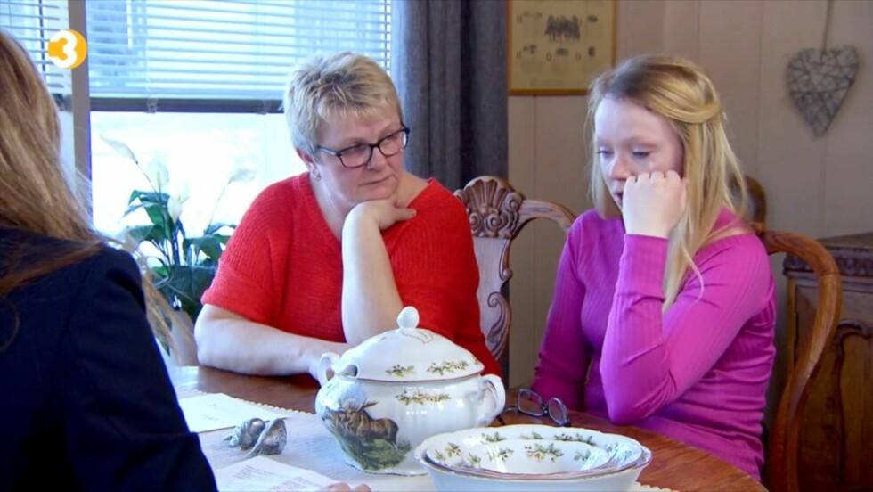BLIR FORTVILET: Anette må tørke tårene foran Elisabeth og «Luksusfellen»-ekspertene når hun innser hvor ille det står til med morens økonomi.  Foto: TV3