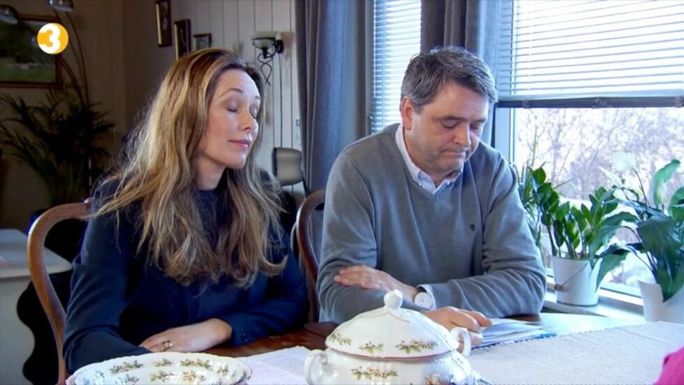 OPPGITTE: «Luksusfellen»-ekspertene Cecilie Lynum og Magne Gundersen reagerer når de får høre at Elisabeth har brukt opp alle sparepengene til datteren sin. Foto: TV3